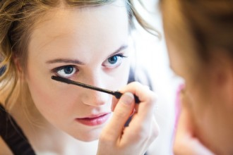bride-putting-on-makeup