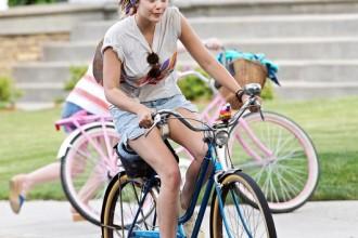 Elizabeth-Olsen-shows-off-summer-spirit-while-w5dIJTJ-EKvl1