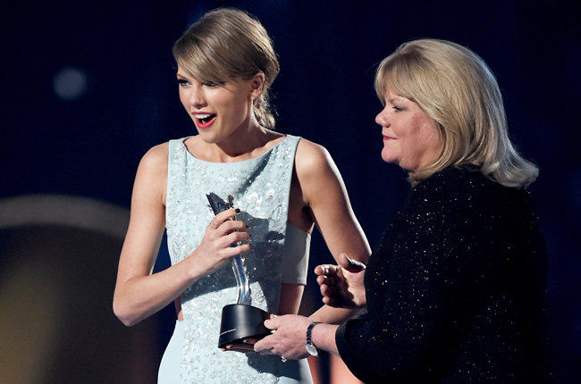 Photo via http://www.billboard.com/articles/columns/the-615/6538736/acm-awards-2015-taylor-swift-mother-milestone-award