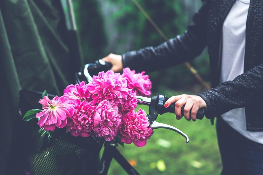 kaboompics.com_Bike with flower basket (1)